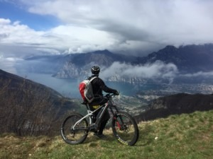 Blick auf Torbole / Monte Brione / Riva – – hier: Nago-Torbole.