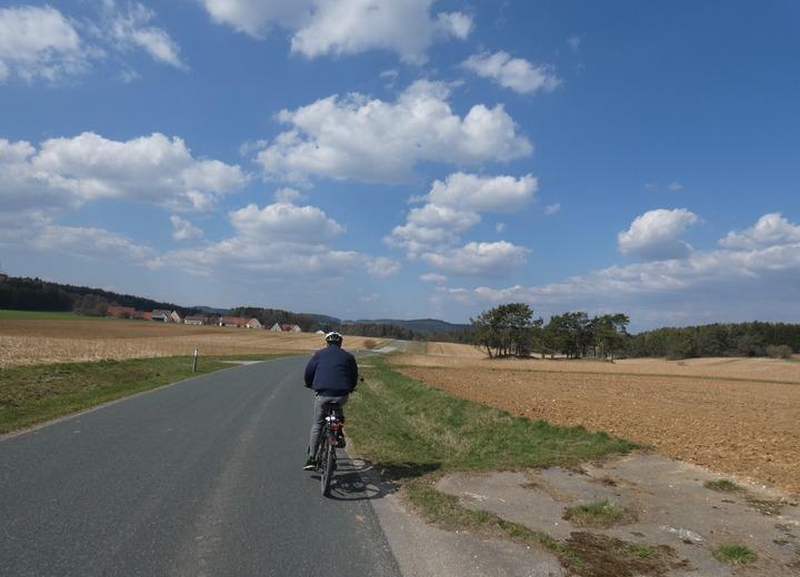 Wir starten zeitig in Hersbruck in Richtung Altdorf und biegen nach Lauterhofen ab, ehe wir beim Mittagessen in Kastl Kräfte sammeln. Die anschließende Fahrt durch die reizvolle Landschaft um Schwend und Illschwang verspricht puren Genuss.